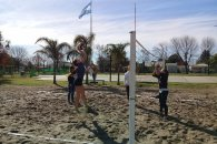 Domingo de beach voley en la plaza de Pueblo Belgrano